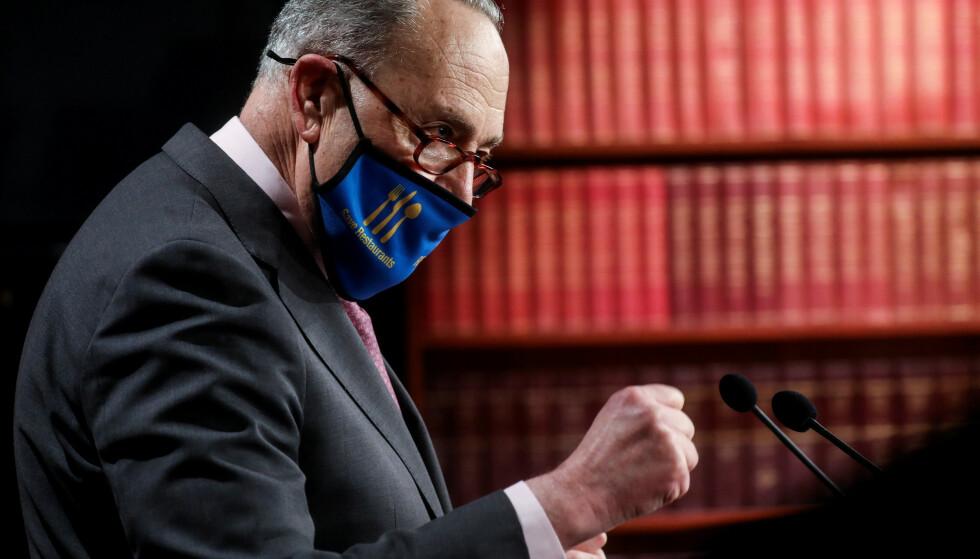 JUBLET: Demokratenes majoritetsleder i Senatet, Chuck Schumer, jubler over at de har fått vedtatt en gigantisk krisepakke. Foto: REUTERS/Leah Millis/File Photo