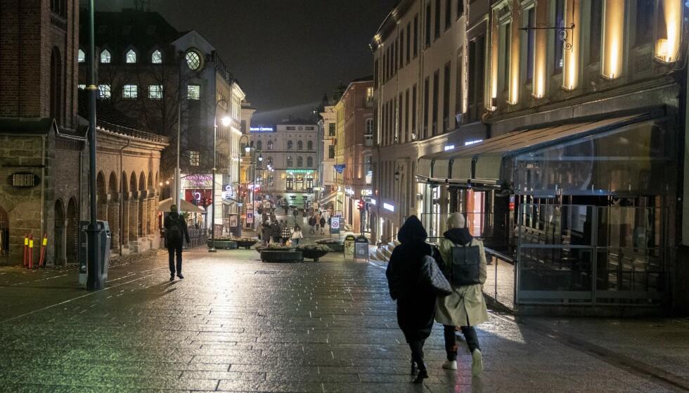 TOMT: Karl Johans gate i Oslo sentrum pleier å syde av folk. Coronastengte butikker gir folketomme gater, og skrekktall for klesbransjen. Fredrik Hagen / NTB