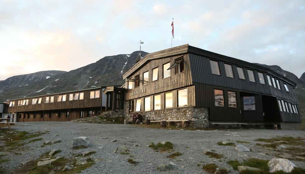 STENGER: Leirvassbu er en turisthytte i Lom kommune. Hytta ligger 1400 moh., sentralt i Jotunheimen, og omkranset av topper med høyder over 2000 moh. I går besluttet ledelsen ved hytta å stenge ned i vintersesongen av hensyn ytil gjestenes sikkerhet. Foto: Erik Johansen / NTB