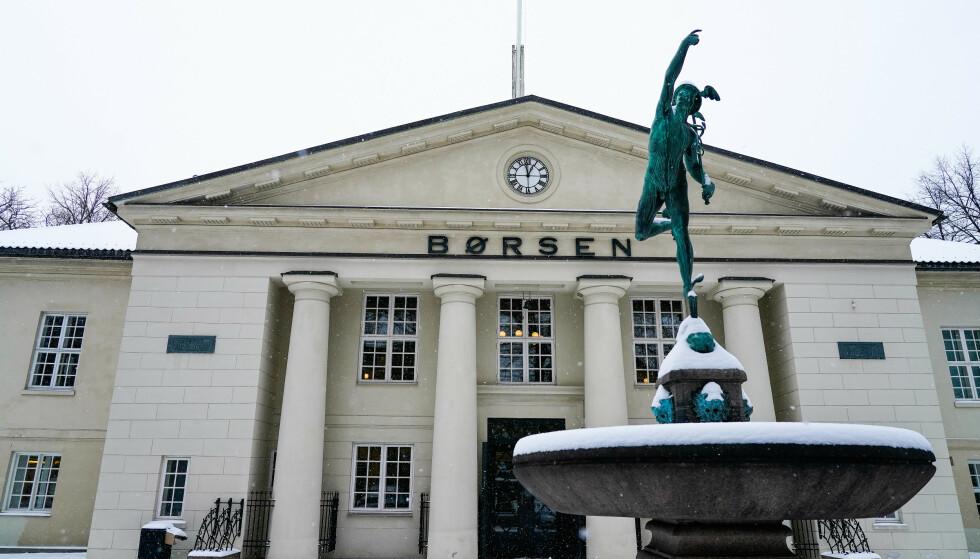HUMPETE: Hovedindeksen på Oslo Børs reagerte negativt da det kom dårlige vaksinenyheter torsdag. Ekspert forklarer hvorfor utslagene ikke ble større. Foto: NTB