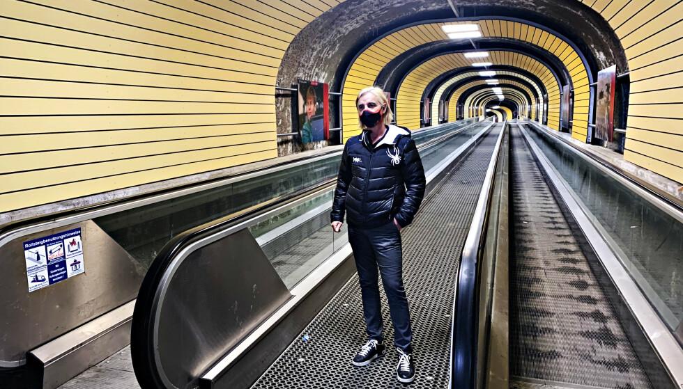 HELT ØDE: Leder Andreas Steibl for turistinformasjonen i Ischgl har rolige dager på kontoret om dagen. Her avbildet i tunnelen som går fra de verdenskjente skiløypene og inn til sentrum av byen. Normalt skulle tusenvis passert gjennom denne undergangen på en vanlig dag i høysesongen. Foto: Marthe S. Lien / Dagbladet