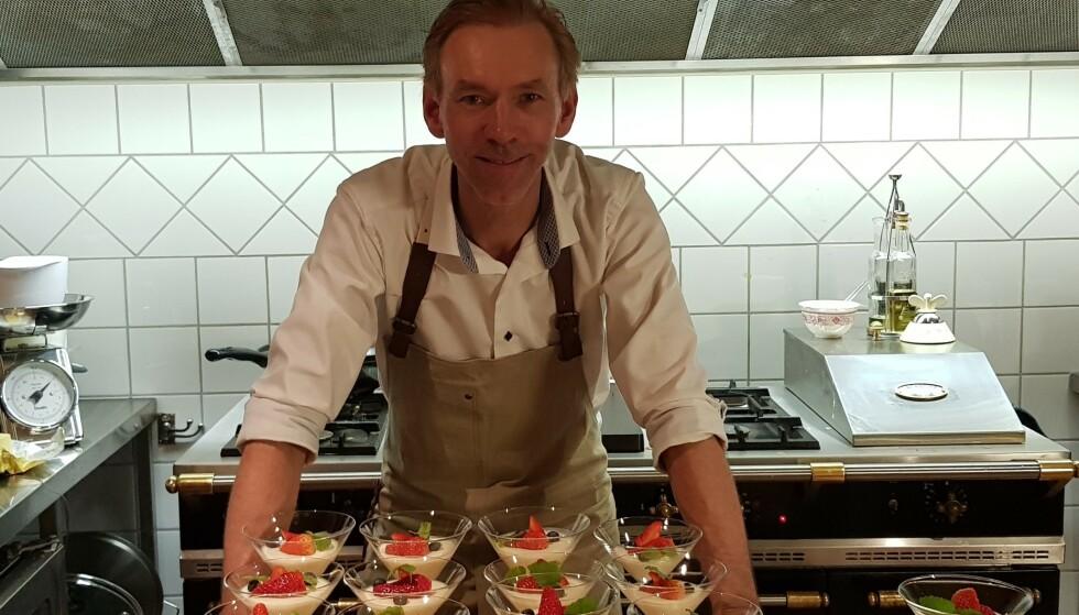 FULLE HUS: Hotellvert Jan Soløi i full sving over desserten på kjøkkenet på Geilo Mountain Lodge. Nå er samtlige i staben permittert, mens millioninntekter smuldret bort i løpet av noen timer. Foto: Privat