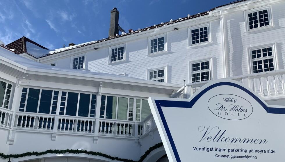 KUN TILLATT FOR BOENDE GJESTER til og med mandag 12. april grunnet strengere regionale tiltak for Viken fylke, opplyser en plakat foran inngangen til tradisjonsrike Dr. Holms Hotel på Geilo. Foto: Øystein Andersen, Dagbladet.