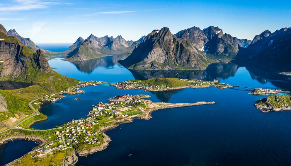 YNDET REISEMÅL: Lofoten er blant Norges mest populære reisemål. Mange turister fra inn- og utland flokker årlig til øyene i havgapet. Foto: Andrej Armjagov / Shutterstock / NTB