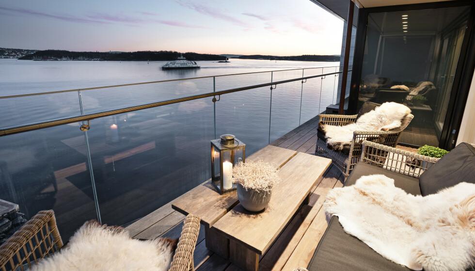 IDYLL: Fra fotballspiller Håvard Nordtveits nye balkong kan man følge med på Nesoddbåtens ferd over Oslofjorden. Foto: Stian Frøysang