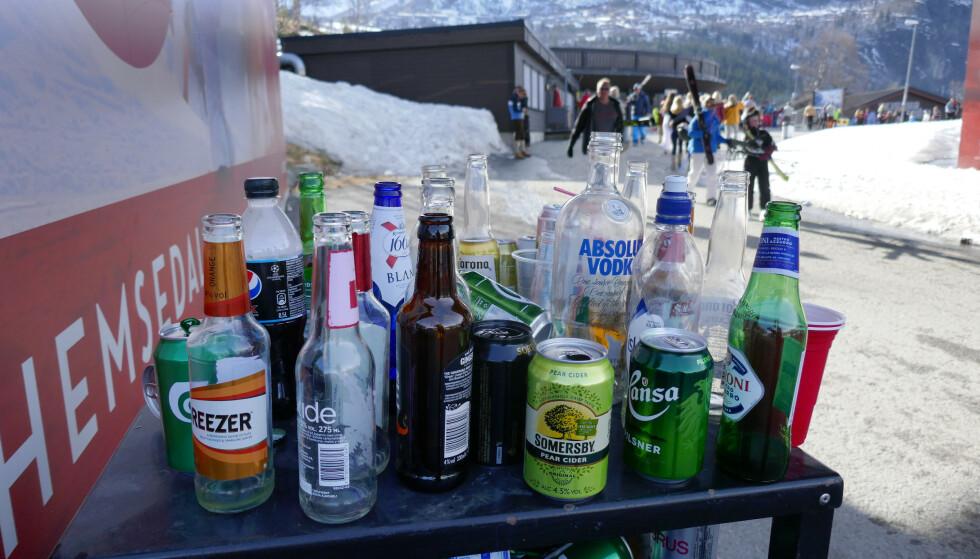 PARTY: Slik så det ut ved en av søppelkassene rundt skisenteret i Hemsedal skjærtorsdag påska 2019. Nå frykter kommunens ordfører private påskefester ute av kontroll fordi utestedene er stengt. Foto: Erik Johansen, NTB