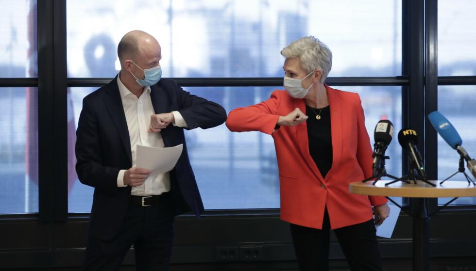 I GANG: LO-leder Peggy Hessen Flsvik og NHOs administrerende direktr Ole Erik Almlid med kravoverlevering idet rets tariffoppgjr starter. Foto: Berit Roald / NTB