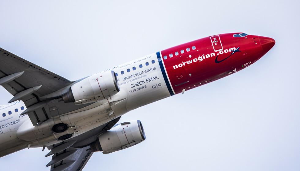 TAR AV: Et fly fra Norwegian tar av fra Oslo lufthavn Gardermoen. Går alt som forventet i den irske domstolen torsdag, ser det lysere ut for at flyselskapet skal unngå konkurs. Foto: Ole Berg-Rusten / NTB