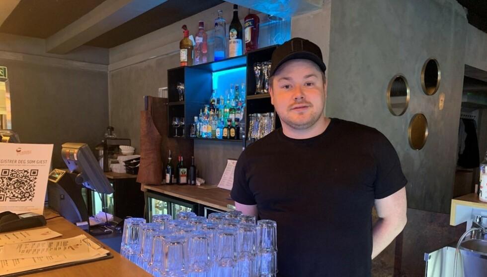 RAMSALT KRITIKK: Marius Heitmann, daglig leder og eier av Fresh restaurant og bar i Hammerfest, kommer med ramsalt kritikk av de nasjonale tiltakene. Foto: Hanne Bernhardsen Nordvåg / NRK