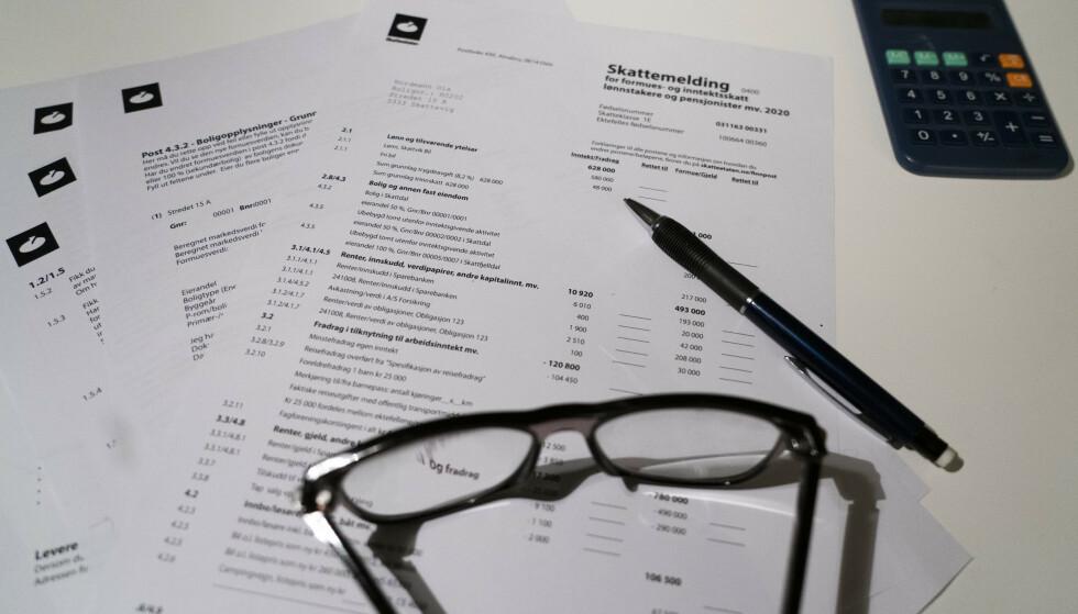 SIST: Mange nordmenn vil fortsatt helst levere skattemeldingen på papir. Papirversjonen av skattemeldingen har utsendelse først 7. april. Foto: Terje Pedersen / NTB