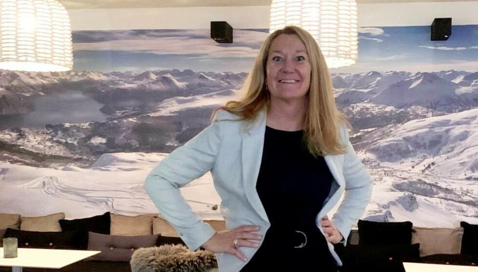 TAP PÅ TAP: Hotellsjef Ina Eldøy ved Stranda hotell på Sunnmøre er fortvilt, oppgitt og frustrert over støtteordninger som ikke holder følge med strenge coronarestriksjoner. Foto: Privat