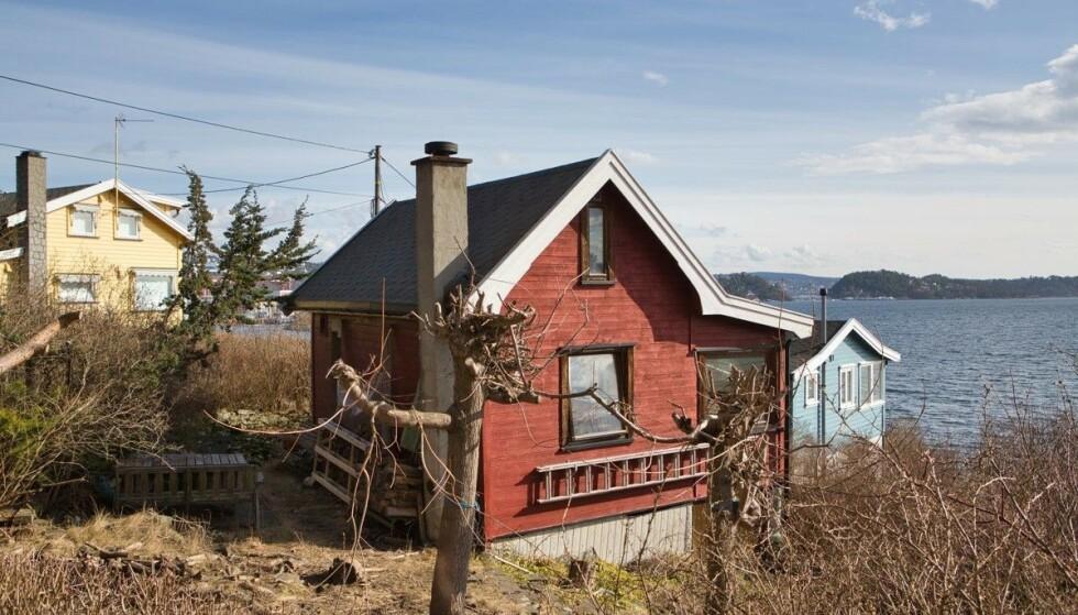 - KAN BLI EN PERLE: Eiendomsmegler Marius Berger står nå for salget av denne minihytta i Indre Oslofjord. Foto: Tor Lie