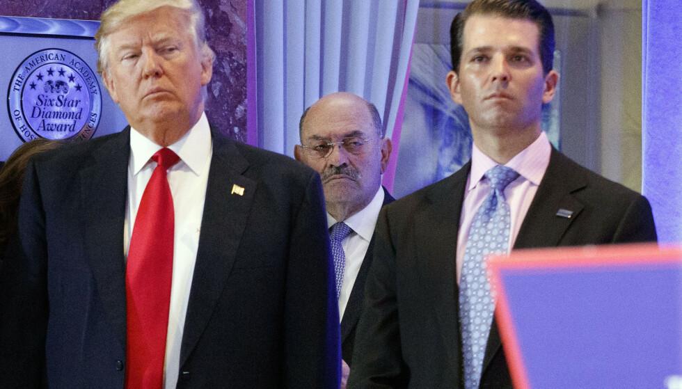 NÆR MEDARBEIDER: Allen Weisselberg (i midten) avbildet med Donald Trump og hans sønn Donald Trump Jr. Foto: Evan Vucci / AP / NTB