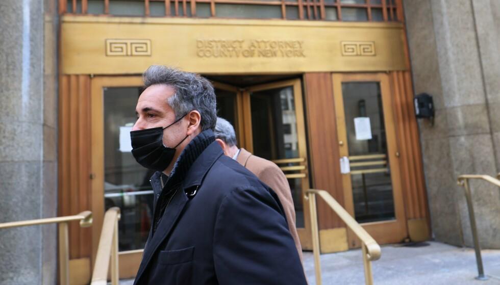 VITNE: Michael Cohen, mangeårig Trump-advokat, har vendt seg mot sin tidligere sjef og samarbeider nå med påtalemyndighetene. Her forlater han statsadvokatens kontor i New Tok 19. mars, etter å ha hatt sitt åttende møte med statsadvokaten. Foto: Michael M. Santiago / Getty Images / AFP / NTB