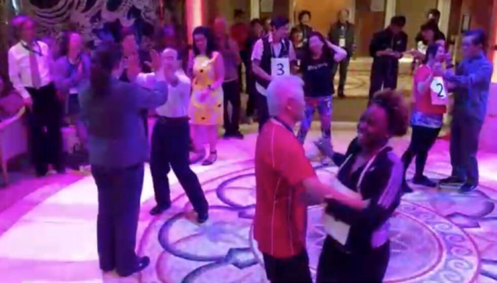 DANSER: Krimforfatter Gay Courter tok dette bildet av dansegulvet på «Diamond Princess» dagen før de ble satt i karantene. Etterpå angret hun på at hun var der i det hele tatt. Foto: Gay Courter / Reuters / NTB scanpix