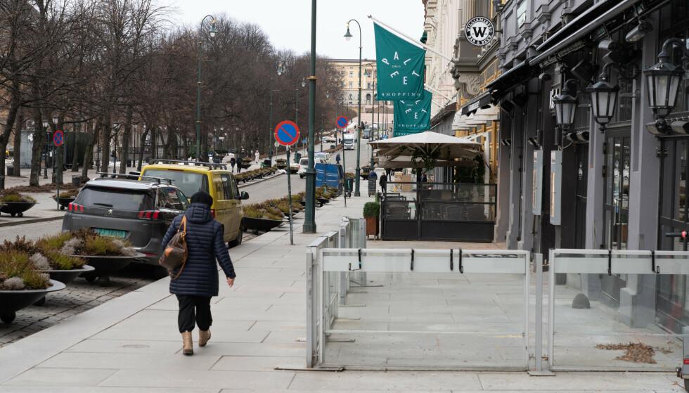 FOLKETOMT: Oslos paradegate Karl Johan har vært et trist syn hva gjelder folkeliv den siste tida. Foto: Erik Johansen / NTB