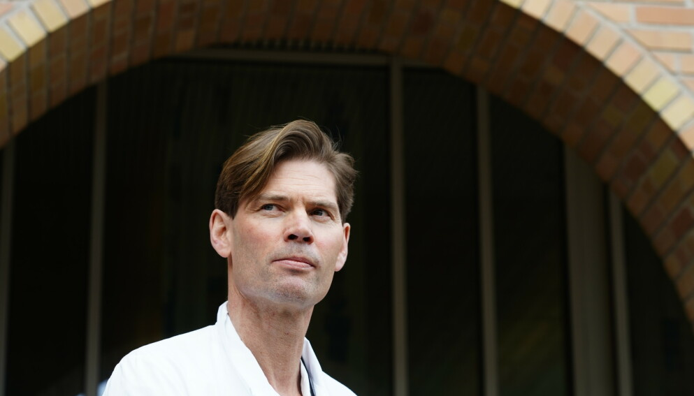 FORSKER: Overlege og professor Pål André Holme uttaler seg om AstraZenecas coronavaksine etter at tre helsearbeidere har blitt syke. Foto: Terje Pedersen / NTB