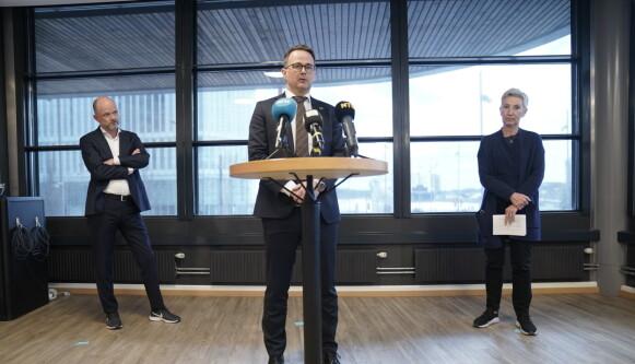 PRESENTERER LØSNING: Pressekonferanse om løsning i tariffoppgjøret. Det blir ingen storstreik etter at LO, YS og NHO kom til enighet i meklingen søndag. Foto: Stian Lysberg Solum / NTB