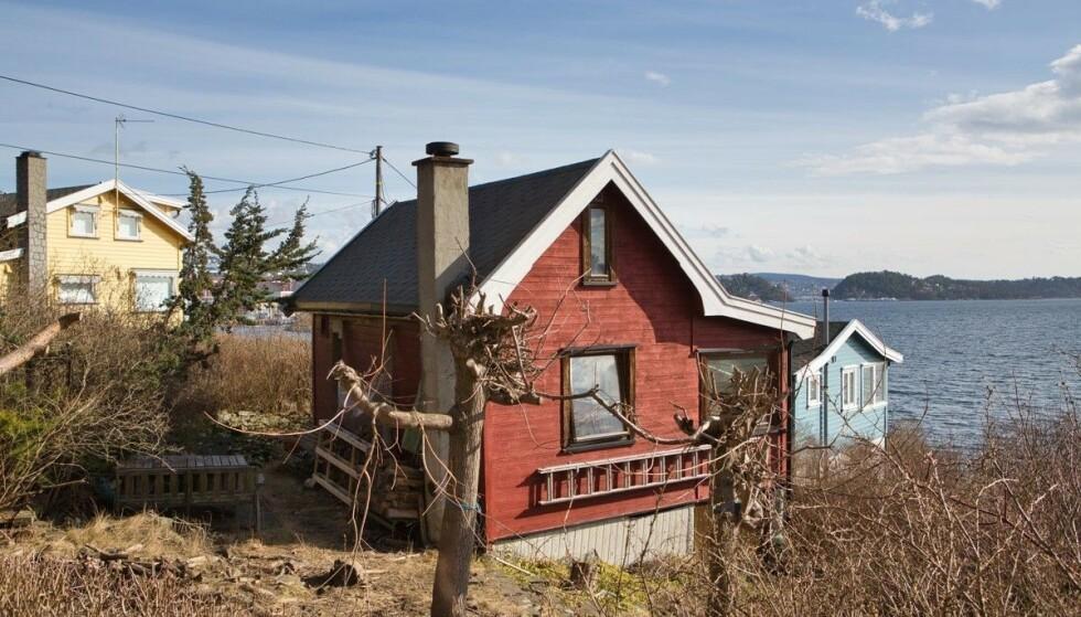 KOKTE I BUDRUNDEN: Det var hard kamp om denne minihytta i Indre Oslofjord. Den endelige kjøperen punget ut 1,5 millioner kroner over prisantydning, og må ut med ytterligere for å få fritidsobjektet opp til dagens standard. Foto: Tor Lie