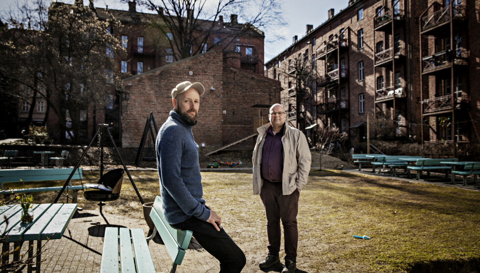 KRITISK: I Tøyenhagen borettslag har mange av beboere fått oppført leiligheten som sekundærbolig. Feilen kunne resultert i en skattesmell. Avbildet er beboer Stein Runar Østigaard (t.h.) og styreleder i borettslaget Jøran Grønstad. Foto: Jørn H.Moen / Dagbladet