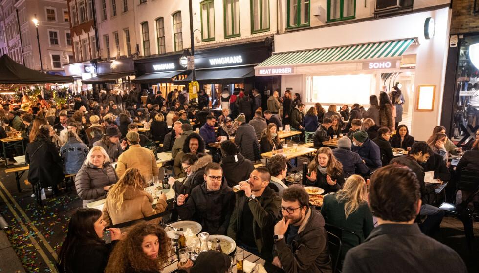GJENÅPNING: En fullpakket gate i bydelen Soho i London mandag kveld. Veiene var stengt for trafikk for å gjøre plass til gjester utenfor bydelens serveringssteder. Foto: Matt Crossick / Pa Photos / NTB
