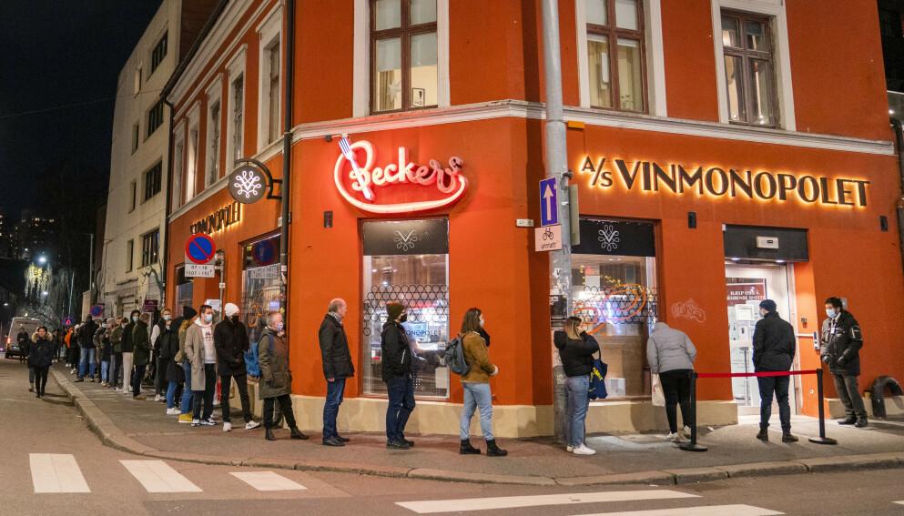 POLKØ: Fridager, festdager og et rekordstort slipp av nyheter tvinger Vinmonopolet til å ta grep for spre en forventet økt pågang. Håkon Mosvold Larsen / NTB