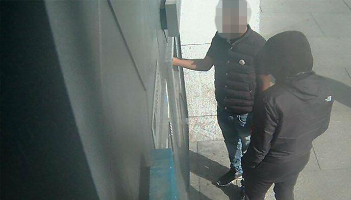 - «MULDYR»: Bildet skal vise en av den angivelige bandens medhjelpere - et såkalt muldyr - som tar ut kontanter som stammer fra svindelen fra en minibank i Oslo. Foto: Politiet