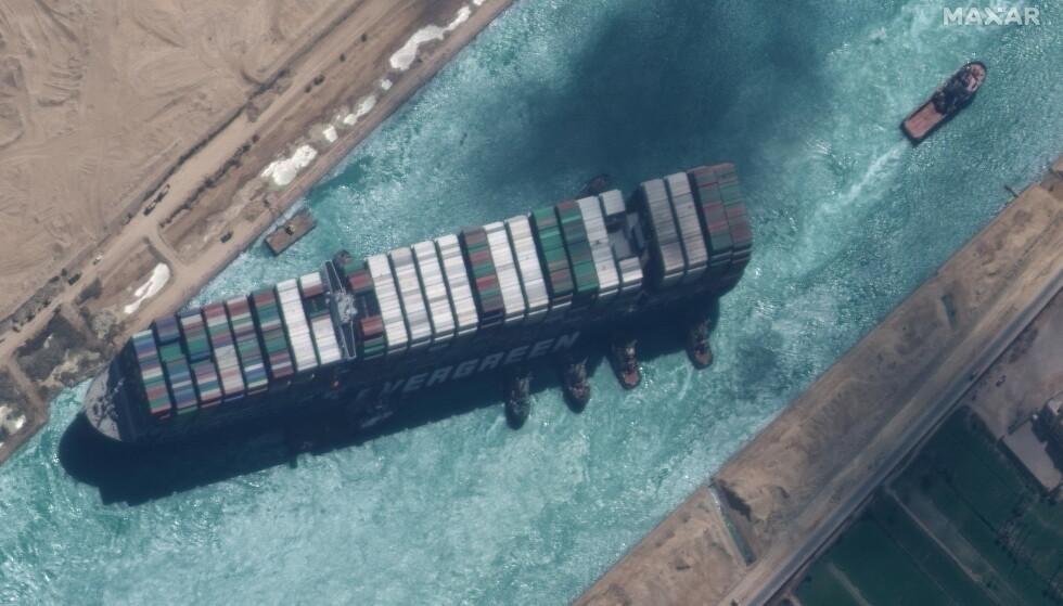 Gigantskipet Ever Given ble omsider dratt av grunna etter en redningsoperasjon som varte i flere dager. Men tungvekteren er ennå ikke ute av Suezkanalen. En finurlig juridisk krangel om milliardregninga seiler opp. Satelittfoto fra hendelsen: Maxar Technologies / Reuters