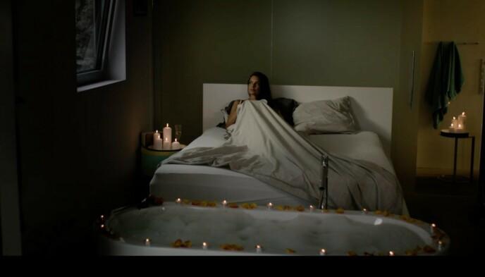 - INNSPILLING: Hermine (Agnes Kittelsen) avbildet i senga på mastersoverommet i fritidshuset til Bjørn Kringstad. Foto: Freemantle / NRK