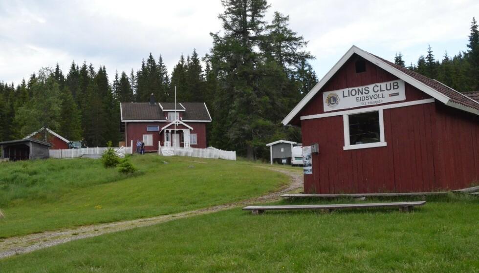 - INGEN TV-FEBER LENGER: Gården eies av Eidsvoll Almenning, men disponeres av Lions Club Eidsvoll, og leies fortsatt ut i sommerhalvåret. Foto: Privat / Lions Club Eidsvoll