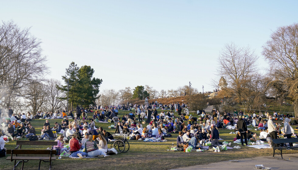 TETT I TETT: Oslo-folk samlet seg utendørs i det fine været i helgen. Foto: Torstein Bøe / NTB
