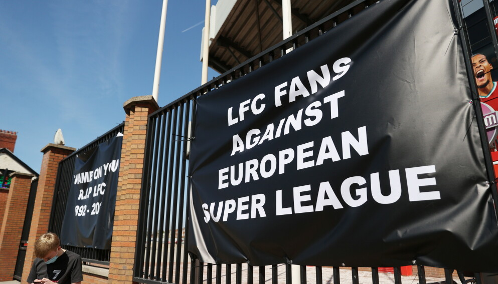 FORBANNELSE: Supportere protesterte utenfor Anfield i forbindelse med Liverpools deltagelse i Super League. Foto: REUTERS/Carl Recine