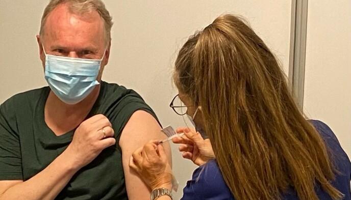 VAKSINERT: Mandag fikk Raymond Johansen første dose av coronavaksinen. Foto: Oslo kommune