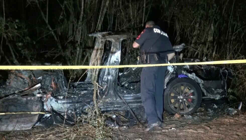VRAK: To menn mistet livet i Texas etter at Teslaen, som skal ha kjørt av seg selv, krasjet inn i et tre lørdag. Foto: NTB