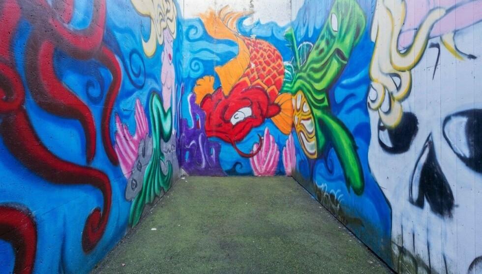 LUFTEGÅRD: Denne kunsten pryder luftegården ved lukket avdeling. Foto: Vidar Godtfredsen