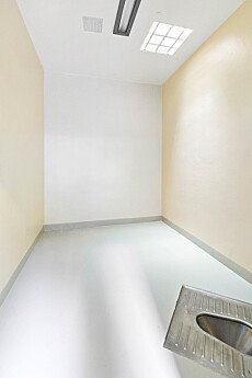 ENKEL STANDARD: Sikkerhetscelle - med tilhørende avtrede i gulvet. Foto: Vidar Godtfredsen