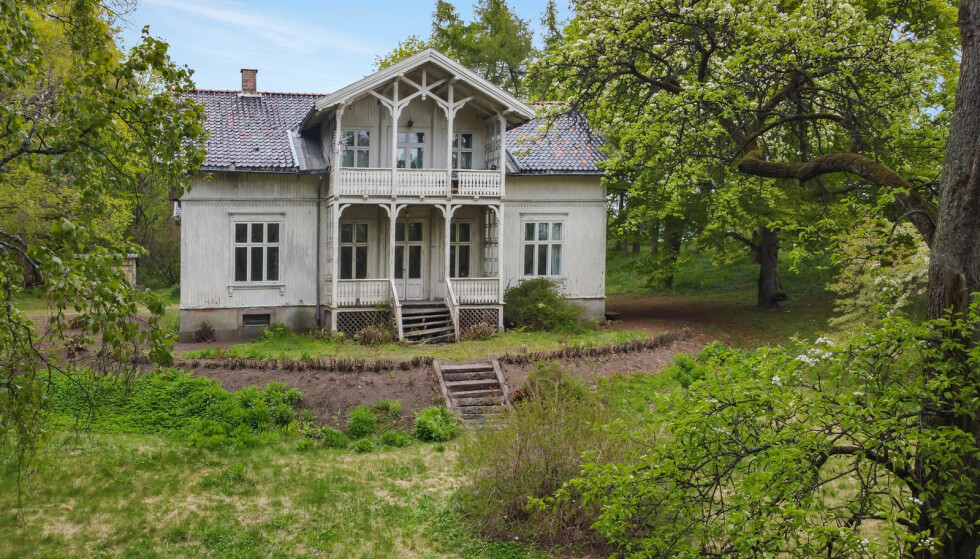 SETT BEDRE DAGER: «Villa Fjeldet» ble oppført omkring 1885 av fabrikkeier Hans Christian Gregersen. Nå er eiendommen i ferd med å skifte eier for 35 millioner kroner. Foto: Andreas Eriksson / Diakrit