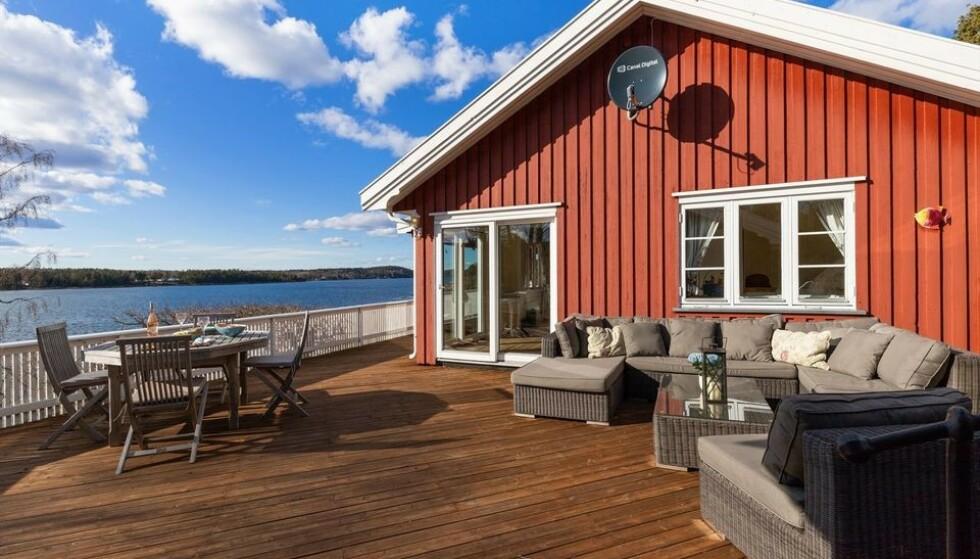 UTSIKT: Lun og solvendt terasse med nærhet til sjøen betyr mer enn selve hyttestandarden, mener mekleren bak salget. Foto: Karl Filip Kronstad