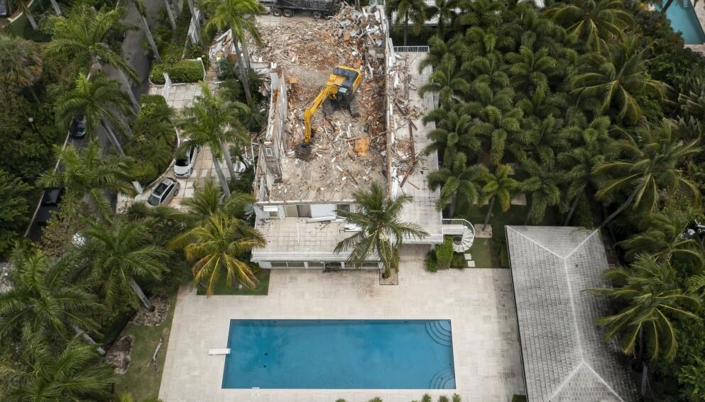 I GRUS: Jeffrey Epsteins beryktede Florida-villa er borte for godt. Her avbildet under rivningsarbeidet tirsdag denne uka. Foto: Greg Lovett / USA TODAY NETWORK/ Sipa USA / NTB
