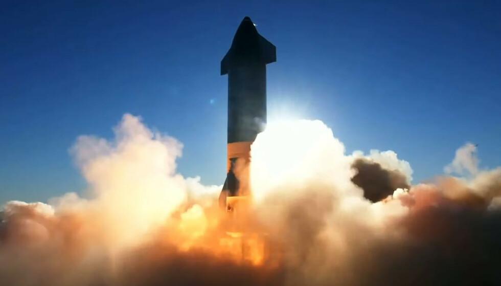 TIL STJERNENE: SpaceX ble grunnlagt av Elon Musk i 2002 med et langsiktig mål om å kolonisere Mars. Bildet viser en prototype av selskapets rakett Starship SN8 under avgang fra et testanlegg i Texas 9. desember i fjor. Foto: SpaceX / Nasa