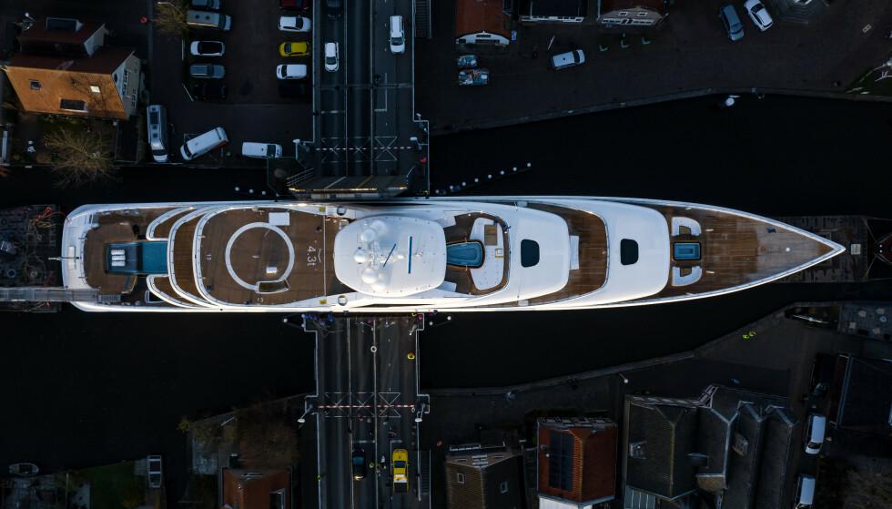 - IKKE ÉN CENTIMETER Å GÅ PÅ: Ifølge superyacht-fotograf Tom van Oossanen ble «Project 817» konstruert slik at den skulle klare å komme seg gjennom kanalene og broene. Foto: Tom van Oossanen