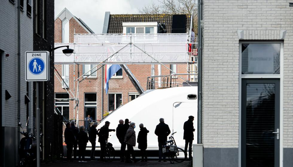 SKUELYSTNE: Superyachtens ferd gjennom de trange kanalene i Nederland vekket nysgjerrigheten til mange lokale innbyggere. Foto: Tom van Oossanen