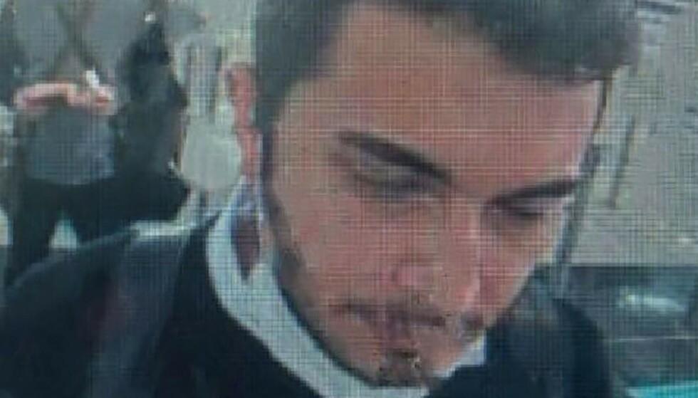 PÅ RØMMEN: Her blir den assisterende direktøren i Thodex, Faruk Fatih Özer, sjekket i passkontrollen på Istanbuls internasjonale flyplass, før han forsvant ut til terminalen. Han har nå flyktet fra Tyrkia etter krypto-børsen plutselig ble stengt ned tidligere denne uka. Brukernes penger er nå fryst. Foto: Handout / Demiroren News Agency / AFP/ NTB.