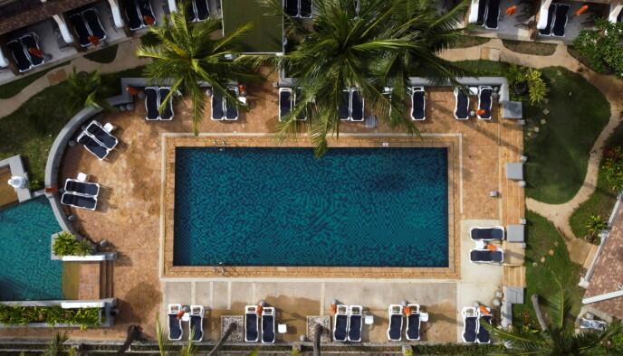 GOD PLASS: Ingen kamp om solsengene rundt hotellbassengene, selv om det er åpent for turister. To ukers karantene frister de færreste. Foto: Jorge Silva, Reuters / NTB