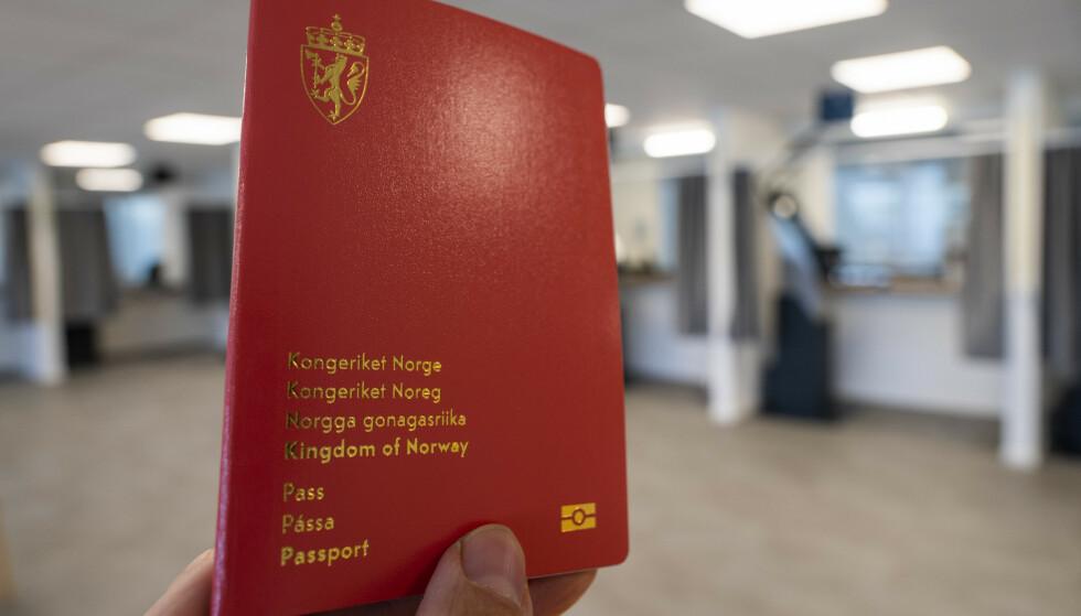 ADVARER: Etterslepet er stort av folk som droppet å fornye passet i fjor. Politiet anbefaler å sjekke passet før man bestiller tur til utlandet. Foto: Håkon Mosvold Larsen / NTB