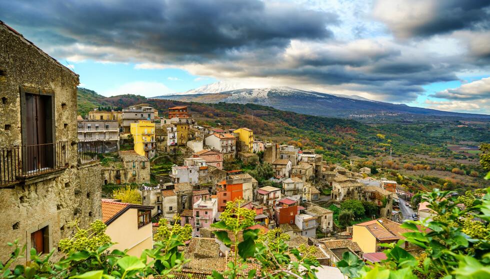 SJOKKPRIS: Ordføreren i landsbyen Castiglione på feriefavoritten Sicilia ønsker seg flere innbyggere, og lokker derfor med billige hus. Foto: Getty Images / iStockphoto / NTB