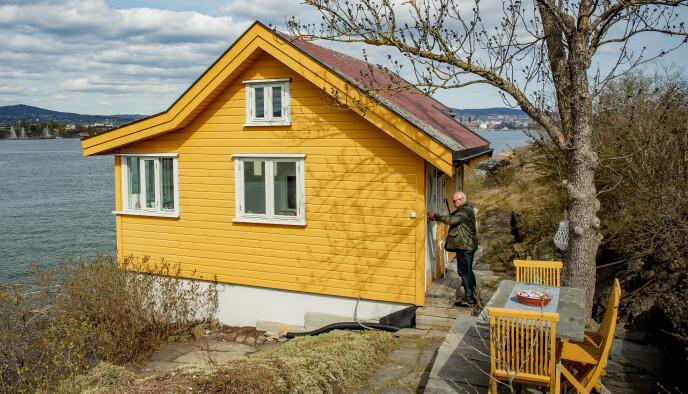 IKKE FØRSTE GANG: Hyttemegler Marius Berger låser seg inn i den lille hytta på Nakholmen, slik han har gjort med utallige liknende objekter de siste 18 åra. Foto: Bjørn Langsem / Dagbladet