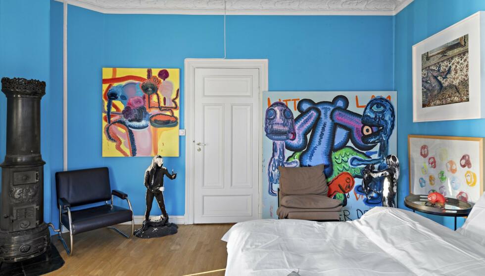 DYR KUNST: Soveromsveggen i Melgaards gamle leilighet i Gabels gate 1 prydes av hans egen verdifulle kunst. Foto: Bjørnar Solberg / Isnitt