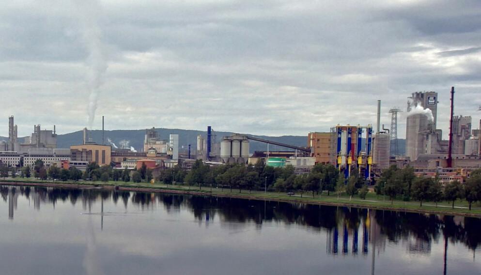 SIER OPP SAMTLIGE: Magnor Minerals, som har fabrikk på Herøya industripark (bildet), sier opp alle ansatte. Foto: Wikimedia Commons / Bitjungle