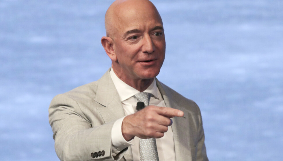 BØR VÆRE FORNØYD: Amazon-sjefen Jeff Bezos, som er verdens rikeste, kan være fornøyd med en kraftig omsetningsøkning i første kvartal. Foto: Charles Krupa / AP / NTB